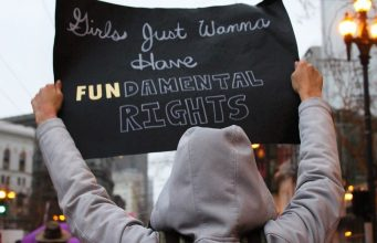 feministisch protestbord: girls just wanna have fun-damental rights